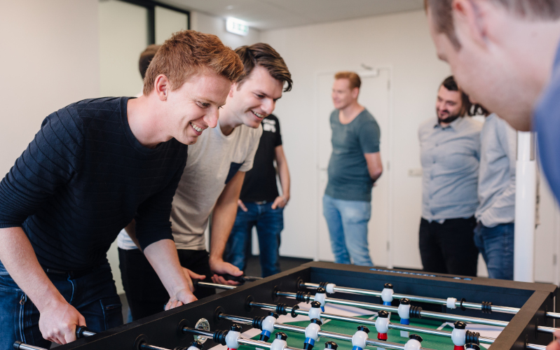 Vantage collega's spelen tafelvoetbal
