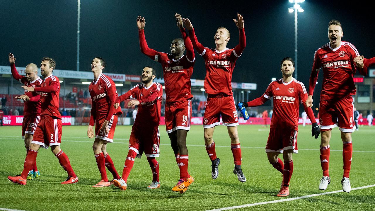 'feestvierende voetballers van Almere City FC'
