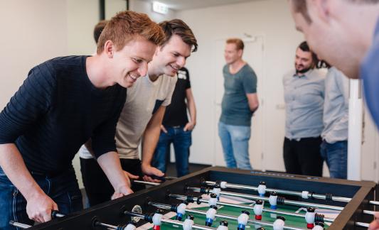 'Mensen die tafelvoetbal spelen'