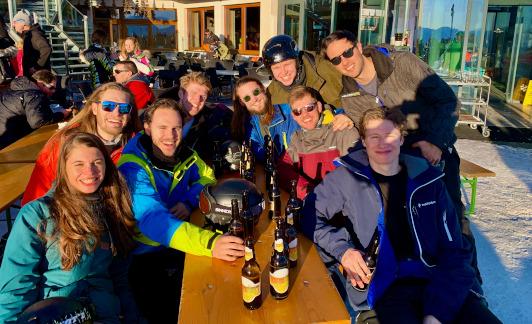'Foto met een groep collega's tijdens de wintersport'